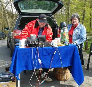 Torsten DO1ATR gut betreut und versorgt von seiner XYL beim 2m-Funkbetrieb
